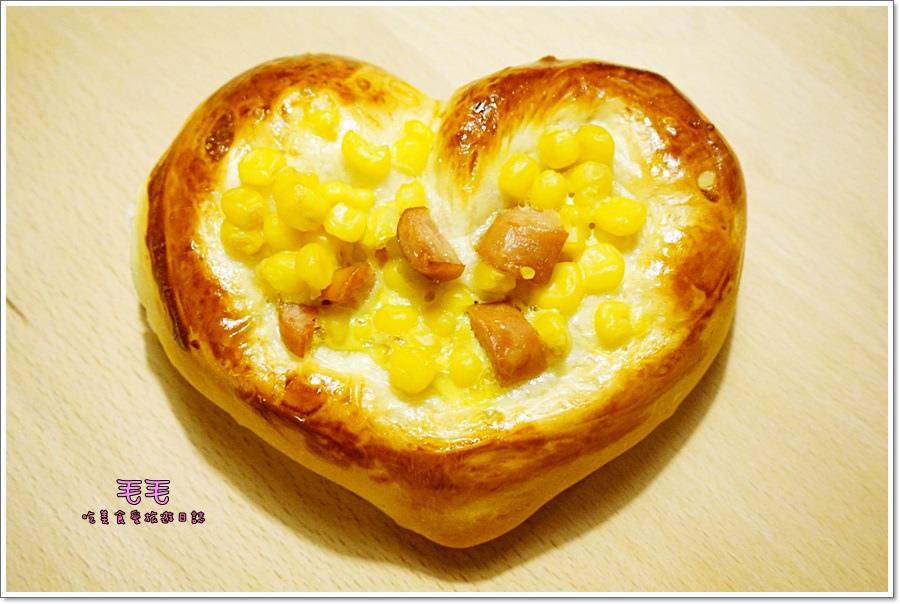 食譜 》玉米德式香腸愛心麵包。中種法、愛心整型步步清晰解說圖(低糖、低油配方)