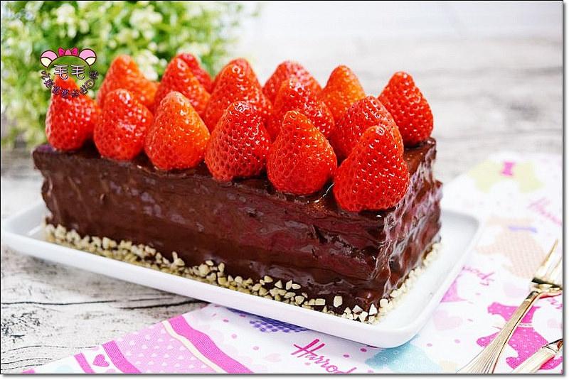 甜點食譜 》莓果樂園抹茶夾心巧克力淋面蛋糕。香緹鮮奶油.可可粉版巧克力淋面,藍莓與草莓的夢幻甜點,簡單好做又好吃(烘王食譜.戚風蛋糕)